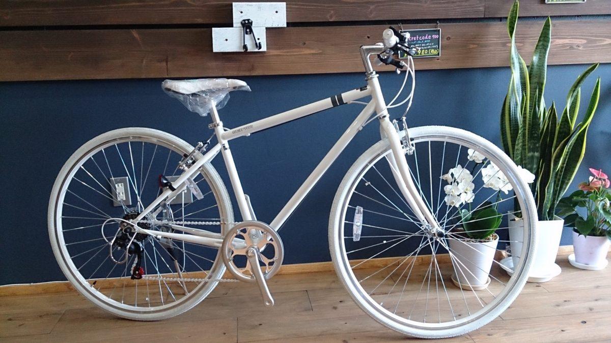 この季節、お出かけにちょうどいい白で統一されたクロスバイク!